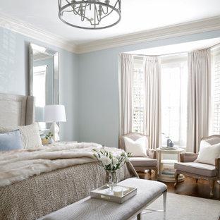 Imagen de dormitorio principal, tradicional renovado, de tamaño medio, sin chimenea, con paredes azules, suelo de madera oscura y suelo marrón