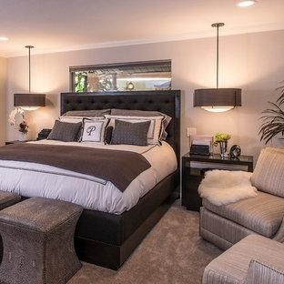 Modelo de dormitorio principal, clásico renovado, de tamaño medio, con paredes grises, moqueta, chimeneas suspendidas y marco de chimenea de yeso
