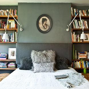 Imagen de dormitorio principal, bohemio, de tamaño medio, con paredes grises y suelo de madera en tonos medios