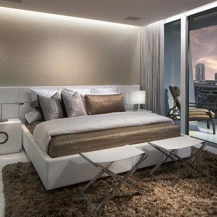 Идея дизайна: маленькая хозяйская спальня в современном стиле с бежевыми стенами и полом из керамогранита