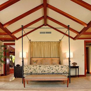 На фото: спальня в морском стиле с полом из травертина с