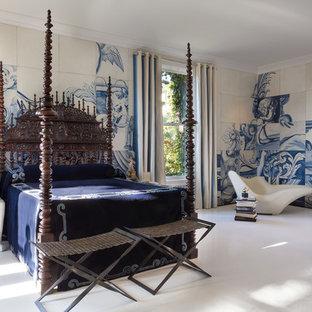 На фото: большая хозяйская спальня в современном стиле с разноцветными стенами и деревянным полом