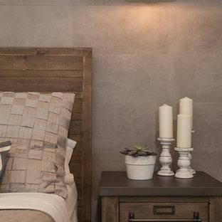 マイアミの大きいカントリー風おしゃれな主寝室 (グレーの壁、磁器タイルの床、茶色い床) のインテリア