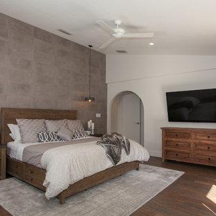 Свежая идея для дизайна: большая хозяйская спальня в стиле кантри с серыми стенами, полом из керамогранита и коричневым полом - отличное фото интерьера