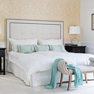 Foto di una grande camera matrimoniale classica con moquette e pareti gialle