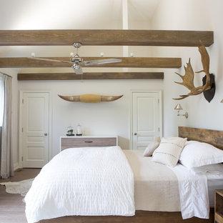 Diseño de dormitorio principal, de estilo americano, con paredes blancas, suelo de madera clara y suelo beige