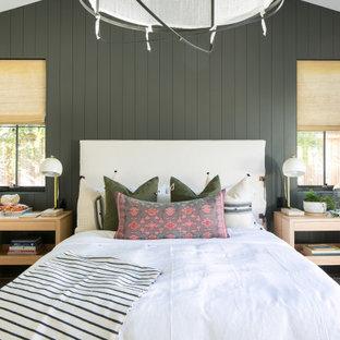 オレンジカウンティのビーチスタイルのおしゃれな寝室 (グレーの壁、淡色無垢フローリング、ベージュの床、三角天井、塗装板張りの壁) のレイアウト