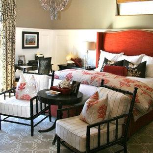Mediterranes Hauptschlafzimmer mit beiger Wandfarbe und dunklem Holzboden in San Francisco