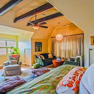 サンフランシスコの大きいコンテンポラリースタイルのおしゃれな主寝室 (黄色い壁、無垢フローリング、暖炉なし) のインテリア