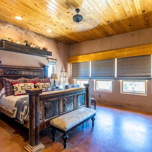 Imagen de dormitorio principal, de estilo americano, de tamaño medio, con parades naranjas, suelo de cemento y suelo rojo