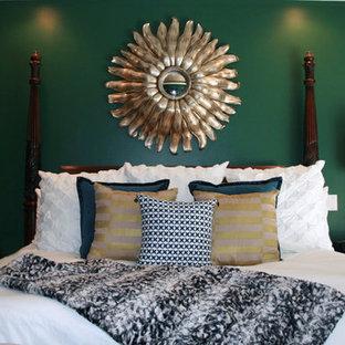 Diseño de dormitorio principal, clásico renovado, de tamaño medio, sin chimenea, con paredes verdes y moqueta