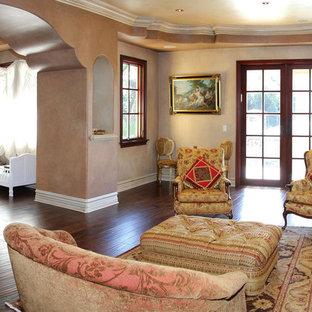 ロサンゼルスの広いコンテンポラリースタイルのおしゃれな主寝室 (ベージュの壁、濃色無垢フローリング、標準型暖炉、コンクリートの暖炉まわり、茶色い床) のインテリア