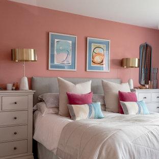На фото: хозяйская спальня среднего размера в стиле модернизм с розовыми стенами, ковровым покрытием, фасадом камина из бетона и серым полом без камина