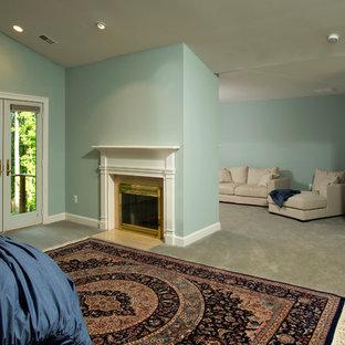 Foto de dormitorio principal, tradicional, extra grande, con paredes azules, moqueta, chimenea tradicional y marco de chimenea de metal