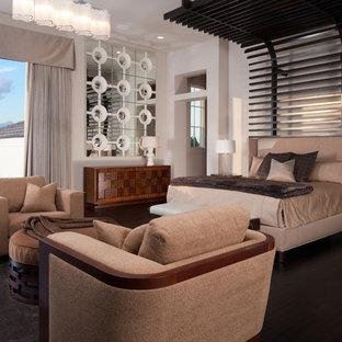 Esempio di una camera matrimoniale moderna con pareti bianche e parquet scuro