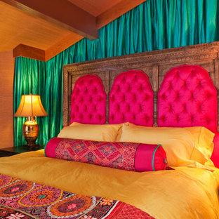 Modelo de dormitorio principal, bohemio, grande, sin chimenea, con paredes marrones