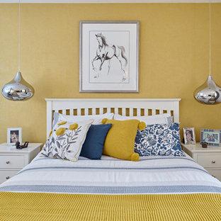 Foto på ett mellanstort vintage huvudsovrum, med gula väggar, heltäckningsmatta och beiget golv
