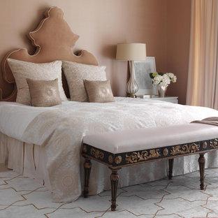 ニューヨークのコンテンポラリースタイルのおしゃれな寝室 (ピンクの壁)