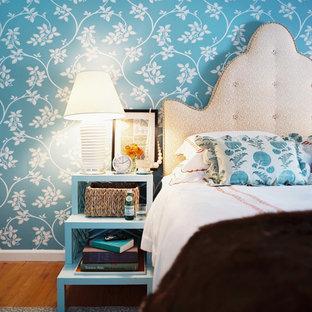 Cette image montre une chambre style shabby chic avec un mur bleu.