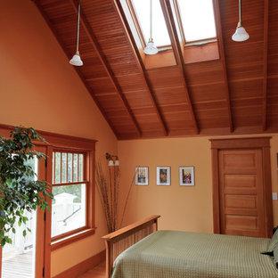 Immagine di un'ampia camera matrimoniale stile americano con pareti arancioni e parquet chiaro