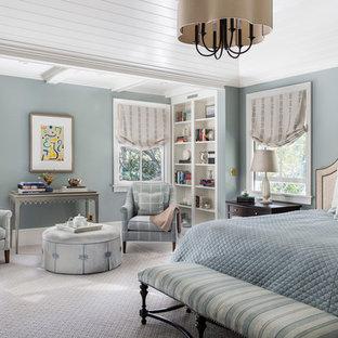 Неиссякаемый источник вдохновения для домашнего уюта: большая хозяйская спальня в классическом стиле с синими стенами, ковровым покрытием и серым полом без камина
