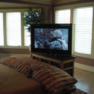 Imagen de dormitorio principal, tradicional, de tamaño medio, sin chimenea, con paredes marrones, suelo de travertino y suelo beige