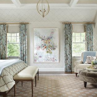 Ejemplo de dormitorio principal, tradicional, grande, sin chimenea, con paredes beige