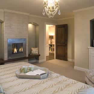 Idéer för stora funkis sovrum, med en spiselkrans i trä, heltäckningsmatta och en standard öppen spis