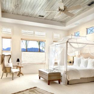 Exemple d'une chambre avec moquette méditerranéenne avec un mur beige, une cheminée standard et un sol beige.