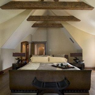 Foto de dormitorio principal, rústico, extra grande, con paredes beige y suelo de madera oscura