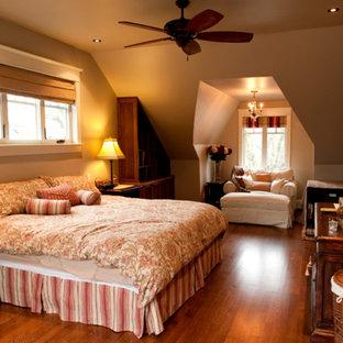 Immagine di una camera matrimoniale american style di medie dimensioni con pareti marroni, pavimento in legno massello medio e nessun camino