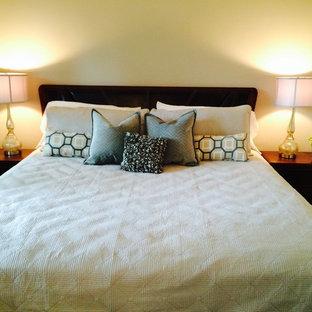 トロントの大きいコンテンポラリースタイルのおしゃれな主寝室 (ベージュの壁、濃色無垢フローリング、暖炉なし、茶色い床)