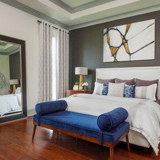 Bild på ett vintage sovrum, med vita väggar, korkgolv och brunt golv