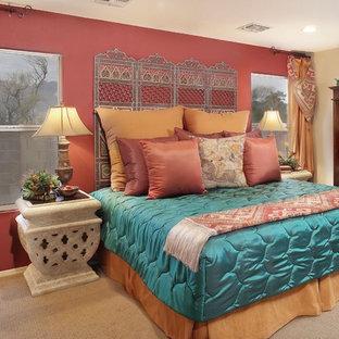 Idee per una camera da letto etnica con pareti rosse e moquette