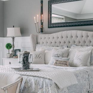 ナッシュビルの広いシャビーシック調のおしゃれな主寝室 (グレーの壁、カーペット敷き)