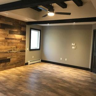 フィラデルフィアの広いラスティックスタイルのおしゃれな主寝室 (両方向型暖炉、グレーの壁、無垢フローリング、茶色い床) のインテリア