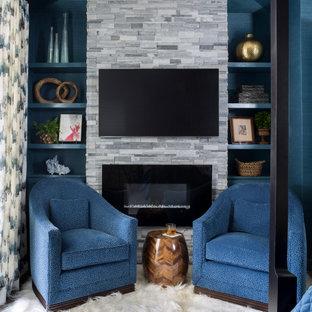 Идея дизайна: большая хозяйская спальня в классическом стиле с синими стенами, паркетным полом среднего тона, стандартным камином, фасадом камина из каменной кладки и коричневым полом