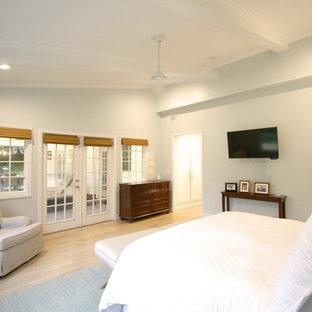 Foto de dormitorio principal, clásico renovado, de tamaño medio, con paredes grises, suelo de madera clara y suelo marrón