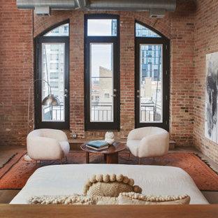 Idee per una camera matrimoniale design con parquet chiaro, camino classico, cornice del camino in intonaco, pavimento beige, travi a vista e pareti in mattoni