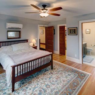 Esempio di una piccola camera matrimoniale stile americano con pareti bianche
