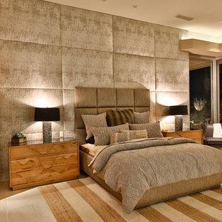 Неиссякаемый источник вдохновения для домашнего уюта: огромная хозяйская спальня в современном стиле с бежевыми стенами, полом из керамогранита и бежевым полом без камина
