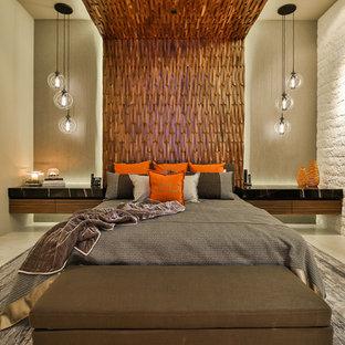 ロサンゼルスの広いコンテンポラリースタイルのおしゃれな主寝室 (ベージュの壁、磁器タイルの床、横長型暖炉、石材の暖炉まわり、ベージュの床) のレイアウト