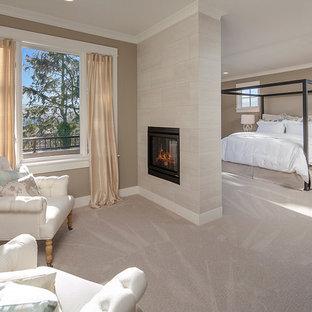 Diseño de dormitorio principal, contemporáneo, con paredes multicolor, moqueta, chimenea de doble cara y marco de chimenea de baldosas y/o azulejos
