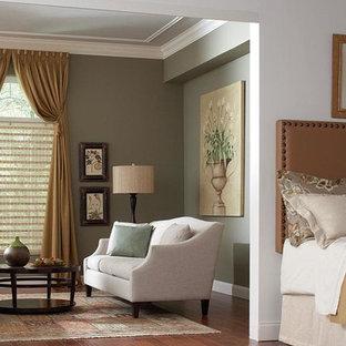 Diseño de dormitorio principal, clásico renovado, grande, con paredes verdes y suelo de madera en tonos medios