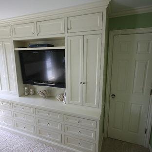 Cette image montre une chambre traditionnelle de taille moyenne avec un mur vert, une cheminée standard, un manteau de cheminée en bois et un sol beige.