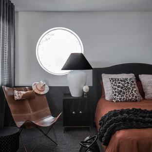 他の地域の広いコンテンポラリースタイルのおしゃれな主寝室 (グレーの壁、カーペット敷き、グレーの床、羽目板の壁)