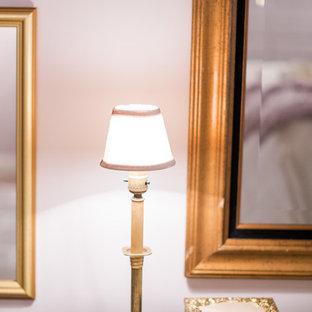 Immagine di una camera matrimoniale classica con pareti rosa, camino classico e cornice del camino in legno