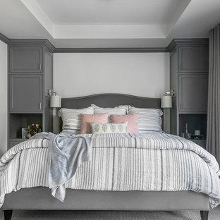 サンフランシスコのトランジショナルスタイルのおしゃれな寝室 (白い壁、カーペット敷き、グレーの床)