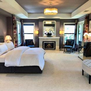 Idee per un'ampia camera matrimoniale minimal con pareti viola, moquette, camino classico, cornice del camino in metallo e pavimento beige