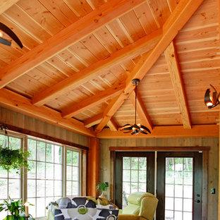 Ispirazione per una grande camera matrimoniale rustica con pavimento in legno massello medio